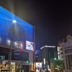 玉屋、大型LEDのブルー演出で医療従事者へ感謝の気持ちを伝える