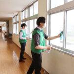 ダイナム、店舗近隣地域の小学校へ光触媒コーティングを寄贈