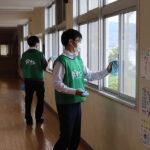 「普段の学校生活を取り戻して欲しい」 ダイナム、店舗近隣の学校など55施設へ「光触媒コーティング作業」を実施
