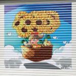 「街を少しでも元気に」 合田観光商事、札幌市内の経営パチンコ店に学生によるシャッターアートを掲出